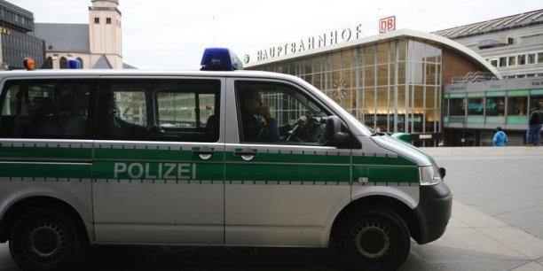 Des extrémistes ont répondu à la violence par la violence en agressant des personnes d'apparence étrangère et organisé des chasses à l'homme en Allemagne.