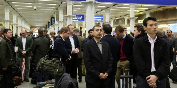 Le 16 novembre, à Londres, sur les quais de la gare Saint-Pancras, les voyageurs observent une minute de silence en mémoire des victimes des attentats qui ont eu lieu trois jours plus tôt à Paris.
