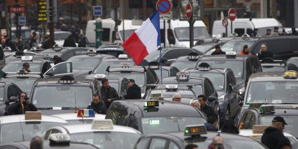 Opération escargot, manifestation et heurts avec des taxis en région parisienne: des chauffeurs travaillant pour des plateformes VTC, inquiets pour leurs emplois après des concessions du gouvernement aux taxis, restaient mobilisés vendredi malgré une tentative de médiation.