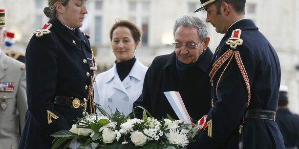 Accueilli sous l'Arc de Triomphe par la ministre de l'Ecologie Ségolène Royal, afin de recevoir les honneurs militaires prévus pour les visites d'Etat, le président cubain rencontrera aussi François Hollande.