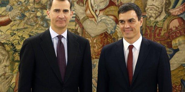 Pedro Sánchez (à droite) a obtenu sa nomination du Roi Philippe VI (à gauche) pour former un gouvernement. Mais avec quelle majorité ?