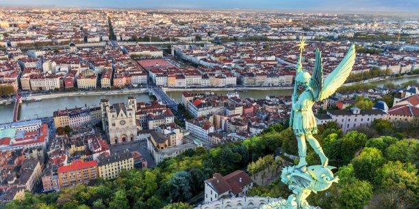 Le salaire médian proposé dans les banlieues et les couronnes (Paris non compris) est en moyenne de 21.600 euros brut par an, contre 24.000 euros dans les ville-centre, soit 2.400 euros d'écart (11%).