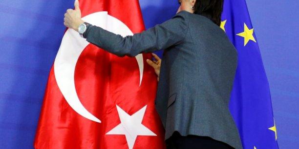 """Le commissaire européen à l'élargissement, Johannes Hahn, s'est déclaré """"extrêmement préoccupé par les derniers développements autour du journal Zaman, qui mettent en danger les progrès de la Turquie dans d'autres domaines""""."""