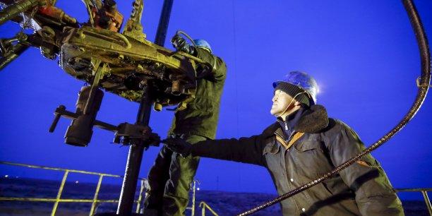 Les prix du pétrole ont chuté de plus de 70% depuis juin 2014. Environ un tiers des entreprises d'exploration et de production de pétrole et de gaz naturel sont exposés à un risque élevé de cessation de paiement cette année, selon une étude. (Photo: au Kazakhstan, le 1er février 2016, ouvriers en opération de maintenance sur un puits du champ pétrolifère de Kyzylorda)