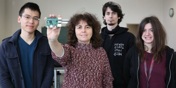 Marie-Pierre Gleizes, chargée de la mission neOCampus entourée de doctorants toulousains participant au projet.