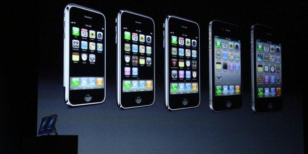 """Apple considère que la demande du FBI est """"dangereuse"""" et """"sans précédent"""" et refuse de s'y plier."""