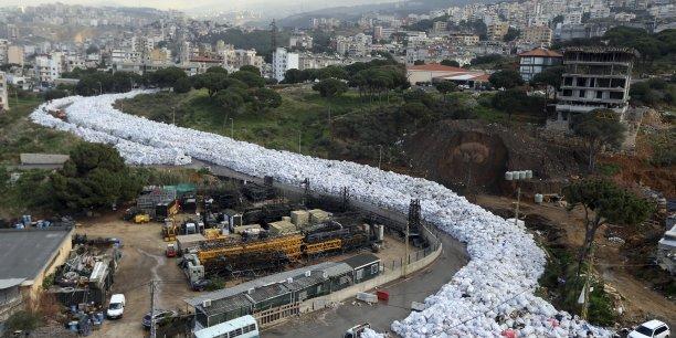 """La photo prise le 23 février du site de Jdeidé, dans l'agglomération urbaine de Beyrouth, montre un """"fleuve d'ordures"""" traversant certains quartiers de la ville."""