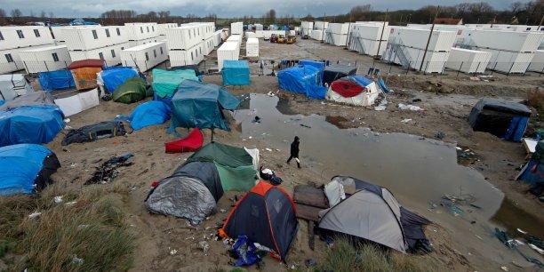 """Le nombre de migrants concernés par une évacuation à Calais serait trois fois plus élevé que le chiffre d'un millier de personnes avancé par l'Etat, selon les associations à l'origine du référé contre l'arrêté d'expulsion de la zone sur de la """"jungle""""."""