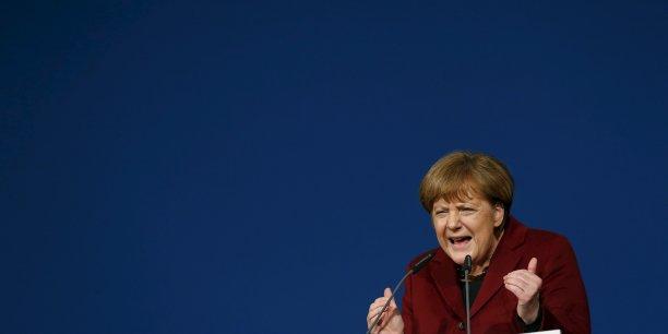 """""""Pouvez-vous sérieusement croire que les pays de l'Euro ont combattu jusqu'au bout pour que la Grèce reste dans l'Euro [...] pour qu'un an plus tard, au final, on laisse pour ainsi dire la Grèce plonger dans le chaos?"""", a lancé la chancelière allemande."""