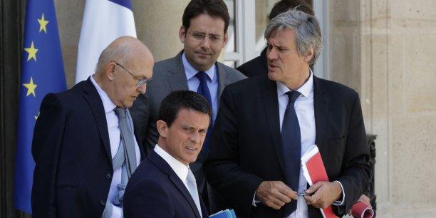 « La France considère que le CETA comme le TTIP sont des accords mixtes, et qu'ils nécessitent donc le dernier mot du Parlement français pour une ratification », a prévenu Mathias Fekl (ici, en haut au centre, le 22 juillet 2015, au sortir d'une réunion à l'Elysée avec Stéphane Le Foll, Manuel Valls et Michel Sapin, en pleine crise des éleveurs).