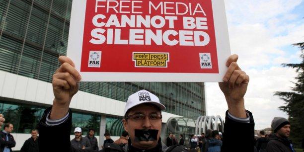 Un employé de Zaman lors d'une manifestation vendredi, devant le journal.