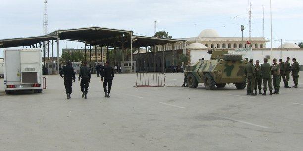 Des soldats tunisiens au poste-frontière de Ras Jdir à Ben Guerdane en décembre 2014. La crainte de la Tunisie que le conflit libyen ne déborde sur son territoire semble se concrétiser.