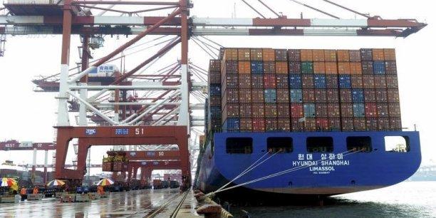 """""""Des prix plus bas pour les matières premières ont réduit les revenus des pays qui les exportent et cela les a conduits à importer moins d'autres régions, comme la Chine"""", explique la BM."""
