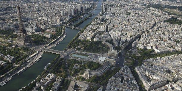 """A Paris, des constructions flottantes pourraient être amarrées au pied de Notre-Dame, et trois """"passerelles-cafés"""" sur la Seine pourraient abriter des bars, restaurants ou hôtels."""