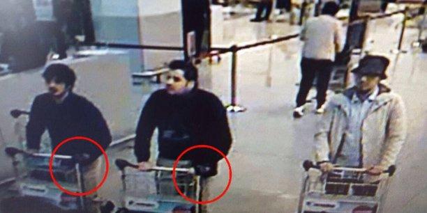 """Un troisième suspect, l'homme à droite de cette image, est """"activement recherché"""" par la police fédérale, qui a lancé un avis de recherche."""