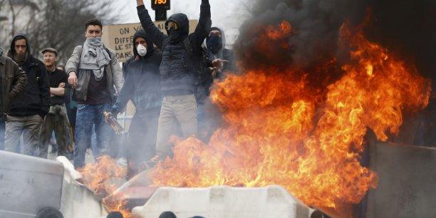 La police a interpellé 15 personnes, tandis que deux policiers ont été blessés à Paris.