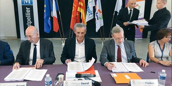 P. Saurel, maire la Ville (au centre), et Pierre Pouëssel, préfet de l'Hérault (à droite) signent l'avenant au contrat de ville aux côtés de 14 partenaires institutionnels