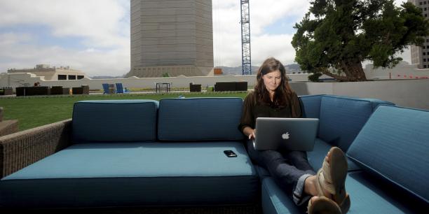 90% des community managers se disent satisfaits de leurs missions selon l'étude réalisée par le Blog du Modérateur. (Photo : Jenna Sampson, employée de Twitter, sur le toit du siège de l'entreprise à San-Francisco, en 2012).