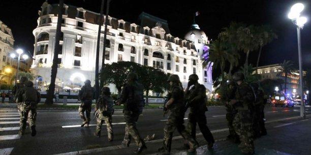 Il y aurait au moins soixante morts à Nice, après qu'un camion a foncé dans la foule sur la promenade des Anglais.