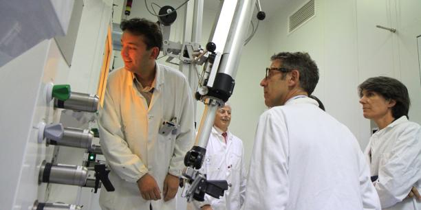 Ferid Haddad, enseignant-chercheur à Subatech, directeur du GIP Arronax, fait découvrir aux élus et responsables politiques nantais, les installations de pointe et sécurisées du Cyclotron Arronax.