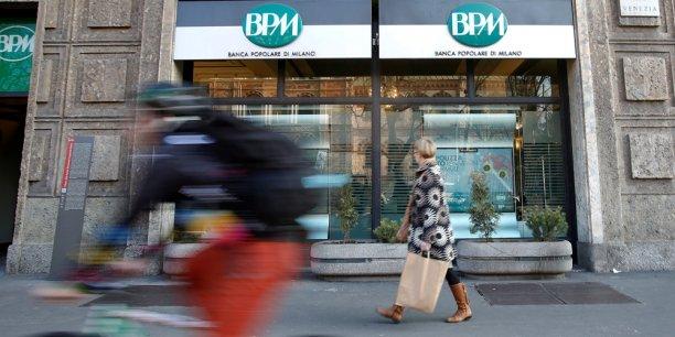 La nouvelle banque comptera 25.000 employés, quelque 2.400 agences, quatre millions de clients et sera leaderdans le nord de l'Italie, une des zones les plus riches d'Europe.
