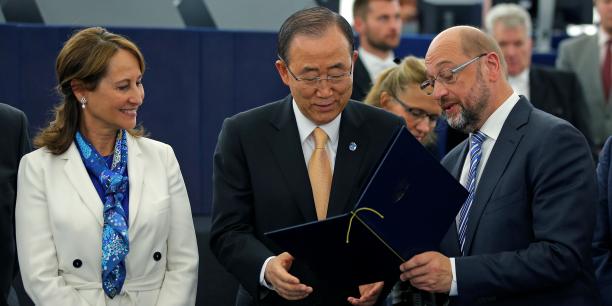 Le 4octobre 2016, à Strasbourg, le Parlement européen a ratifié à une écrasante majorité (610 voix pour, 38 contre) l'accord de Paris, ouvrant ainsi la voie à la consolidation de l'engagement de l'Union en faveur de la lutte climatique. Sur la photo souvenir, de gauche à droite: Ségolène Royal, ministre française de l'Écologie et présidente de la COP21; Ban Ki-moon, secrétaire général de l'Onu; Martin Schulz, président du Parlement européen.