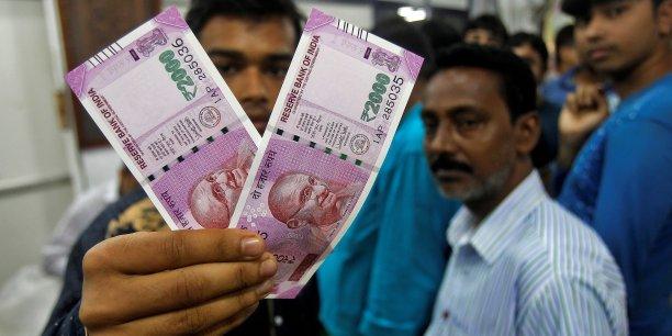 Les quelques 200.000 guichets automatiques du pays sont incompatibles avec les nouveaux billets mis en circulation par les autorités indiennes.