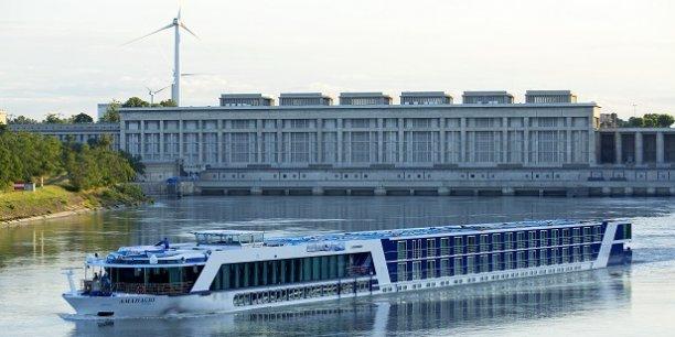 La centrale hydroélectrique et l'écluse de Bollène (Vaucluse).