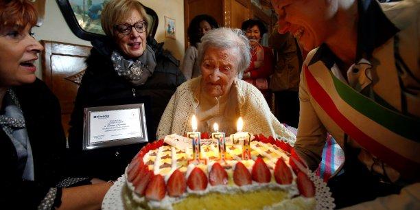 L'Italienne Emma Morano, qui a fêté ses 117 ans le 29 novembre 2016 (photo), est l'actuelle doyenne de l'humanité. Elle est à ce jour la dernière personne vivante née avant 1900. Le record de longévité est détenue par la Française Jeanne Calment (1875-1997) : 122 ans.
