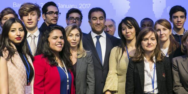 Fathallah Sijilmassi, Secrétaire général de L'Union pour la Méditerranée (UpM), entouré d'un groupe de jeunes participant au 2e Forum de l'UpM, à Barcelone, les 23-24 janvier 2017.