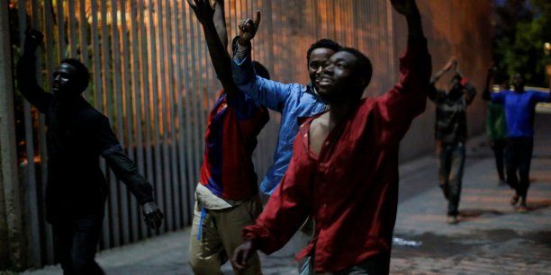 Environ 500 migrants penetrent dans l'enclave espagnole de ceuta[reuters.com]