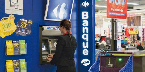 Carrefour Banque, la filiale du distributeur (détenue à 40% par BNP Personal Finance) existe depuis plus de 30 ans. Elle va lancer un compte courant disponible en rayon et plus seulement dans ses agences, entrant ainsi dans l'ère de la banque à distance.