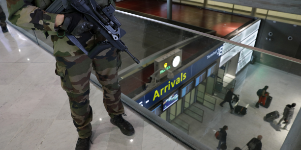 Sur France Inter, le Pdg d'Aéroports de Paris, Augustin de Romanet, a expliqué les dangers liés à la mise en place de contrôles supplémentaires du public en amont de la zone d'embarquement. (Photo: un soldat français en patrouille à Roissy-Charles-de-Gaulle, le 23 mars 2016 : au lendemain de l'attentat à l'aéroport de Bruxelles du 22 mars, la France déployait 1.600 policiers et gendarmes supplémentaires pour renforcer drastiquement la sécurité de ses transports publics.)