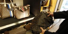 A droite, un sac Louis Vuitton contrefait, Copyright Reuters