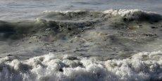 Alors que la plupart des autres projets envisagent de ramasser les plastiques à l'aide de bateaux sillonnant les océans, Boyan Slat, 21 ans, souhaite se servir des courants marins pour piéger les débris.