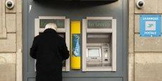 Les banques mutualistes maîtrisent mieux la défection de clients que les commerciales, selon le cabinet de conseil Bain & Co. Ce dernier estime à 12 milliards d'euros les revenus à risque des banques traditionnelles, sous l'effet de l'environnement macro-économiques, de la montée en puissance des banques en ligne et de l'arrivée de nouveaux entrants de la Fintech.