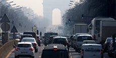 Depuis le 16 janvier, dans Paris intramuros, motos, voitures ou utilitaires doivent arborer la vignette ronde Crit'air, qui les identifie selon leurs émissions (oxydes d'azote, particules) et permet d'interdire certaines catégories les jours de pics.