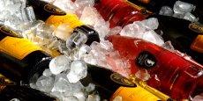 Selon une étude du cabinet américain IRI, la valeur des ventes de prosecco a dépassé pour la première fois l'an passé celle de champagne au Royaume-Uni, les consommateurs britanniques plébiscitant le vin pétillant italien meilleur marché.