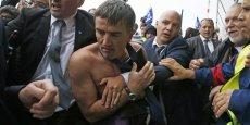Le directeur des ressources humaines d'Air France, Xavier Broseta, tente d'escalader une grille, le 5 octobre 2015 à Roissy.