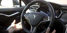 Autopilot est un dispositif de conduite semi-autonome mis au point par Tesla.