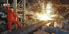 La production d'acier brut chinoise a diminué de 2,3% à 803,8 millions de tonnes en 2015, son premier recul depuis plus de 30 ans, accompagnant un ralentissement de l'économie du premier producteur mondial.