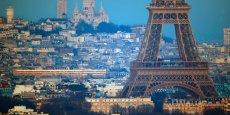 La Tour Eiffel, si elle subit une légère baisse de sa fréquentation en 2015, reste l'un des monuments payants les plus visités au monde.