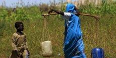 Au Soudan, une femme transporte de l'eau.
