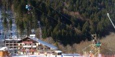 Aux Aillons-Margériaz, les descentes en tyroliennes ont remplacé les descentes à ski en attendant la neige.