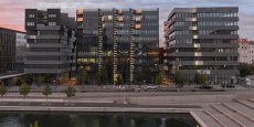 Cet ensemble de trois immeubles de sept à huit étages est le premier îlot urbain mixte à énergie positive en Europe.