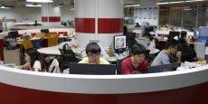 De jeunes entrepreneurs travaillant dans les locaux mis à leur disposition par l'University Students Venture Park, à Shanghai, en juillet 2015. Cette université est un incubateur pour les étudiants créant leur startup.