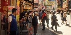 De nombreux Tokyoïtes de tous les âges vont à Akihabara pour acheter moins chers leurs produits électroniques.