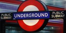 Le lancement du service de nuit le week-end dans le métro de Londres, initialement prévu le 12 septembre 2015, avait été reporté sine die en raison d'un mouvement social des employés de la régie des transports en commun londoniens.