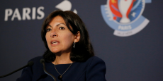 La maire de Paris Anne Hidalgo souhaite que la capitale continue d'investir. (Le 9 mai 2016, lors d'une conférence sur l'Euro 2016, pour dévoiler la fanzone de la tour Eiffel))