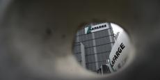 """Pour pouvoir fabriquer le ciment, Lafarge est passé par """"des intermédiaires et des négociants qui commercialisaient le pétrole raffiné par l'EI, contre le paiement d'une licence et le versement de taxes"""", assure le journal."""